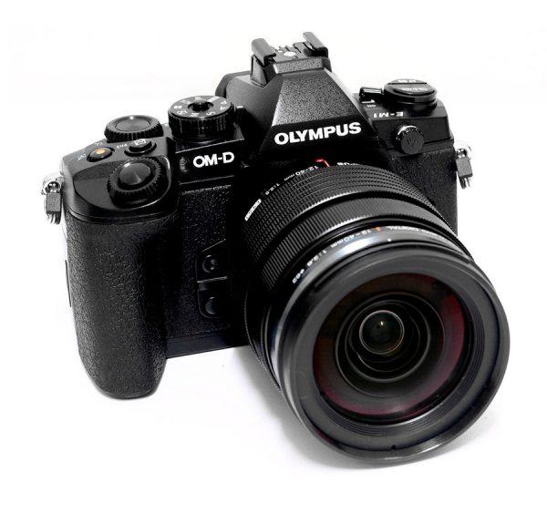 Olympus_camara_OM-D_E-M1_y_objetivo_M.Zuiko_12-40mm_frontal
