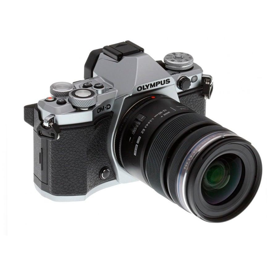 Olympus_camara_OM-D_E-M5_MarkII_y_objetivo_M.Zuiko_12-50mm_frontal