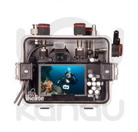 La carcasa Ikelite específica para la cámara Olympus Stylus S1, está fabricada en ABS gris en la parte delantera y policarbonato de alta-resistencia en la parte trasera. Los mandos son de acero inoxidable, tenemos control total de los mandos de la cámara.