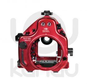 La Carcasa Isotta para la cámara sin espejo Olympus E-M5 Mark II, está fabricada en aluminio marino anticorrosión. Con acceso a todos los diales de la cámara.