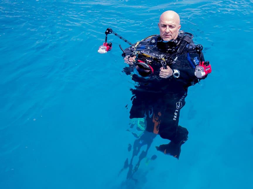 otogfotografo con equipo submarino