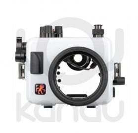 La carcasa Ikelite específica para la cámara Nikon D3500, está fabricada en ABS gris en la parte delantera y policarbonato de alta-resistencia en la parte trasera. Los mandos son de acero inoxidable, tenemos control total de los mandos de la cámara.